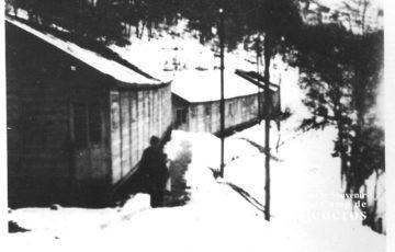 Baraques du camp de Rieucros sous la neige